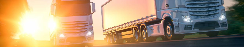 deux camions poids lourds de transport de marchandises en route