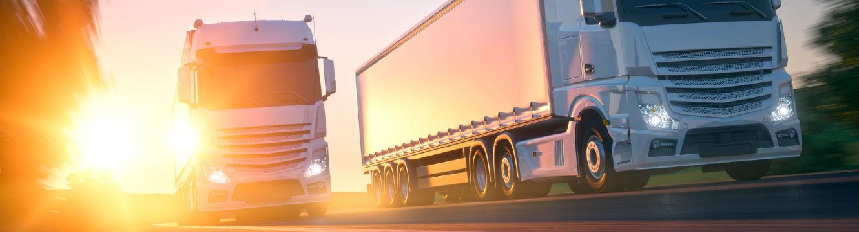 deux camions de transport de marchandises sont en route