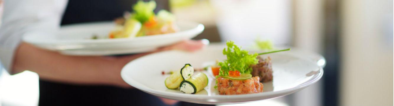 le serveur sert un plat dans un grand hotel restaurant