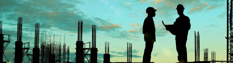 deux ouvriers du batiment sur un chantier en construction