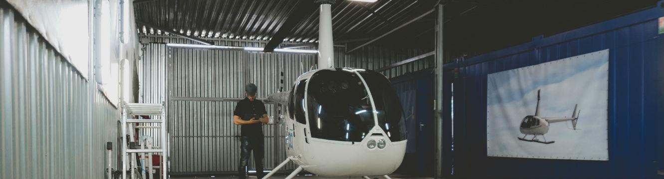 un employe de l'industrie aeronautique avec un helicoptere