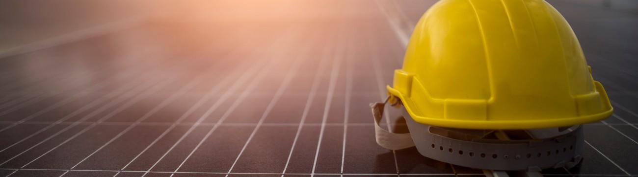 Un casque jaune sur un toit
