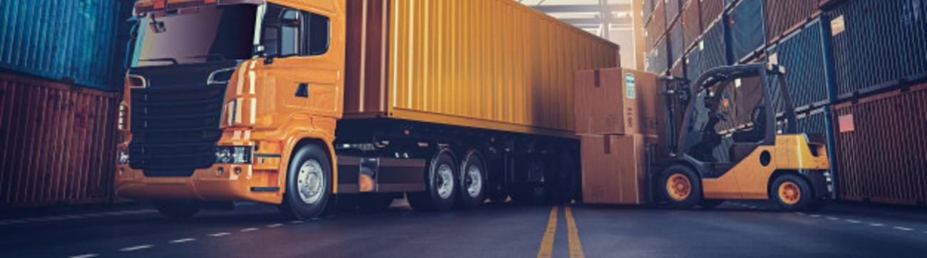 Un camion et un chariot elevateur